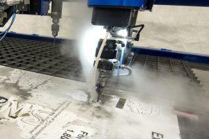 taglio metalli con getto d acqua ad alta pressione